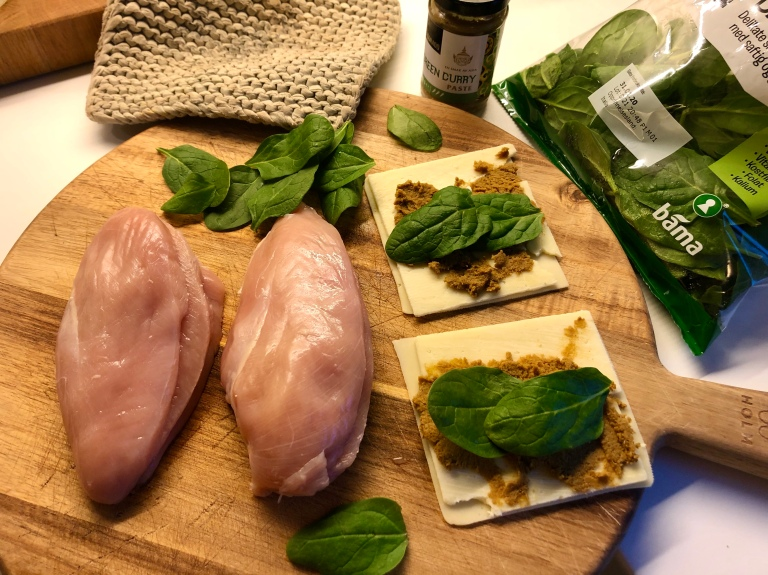 Ovnsbakt fylt kyllingfilet med potetsalat og ananas1